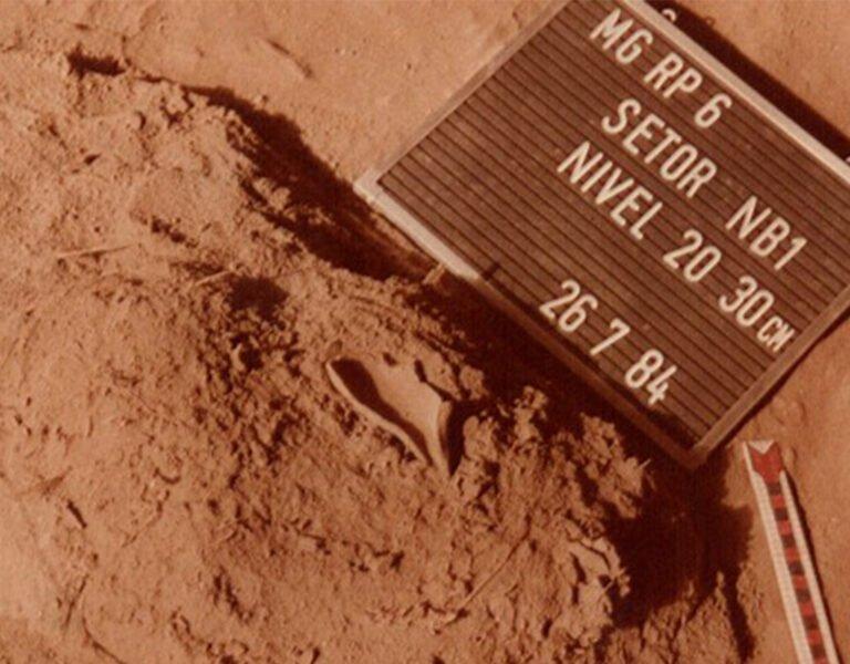 Imagem da escavação da Lamparina na Gruta do Gentio. Foto: IAB