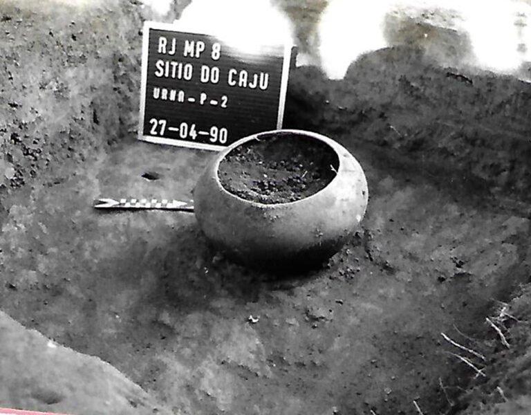 Escavação da Urna infantil em Campos dos Goytacazes. Foto: IAB